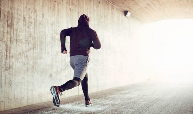 Jugador padel haciendo running